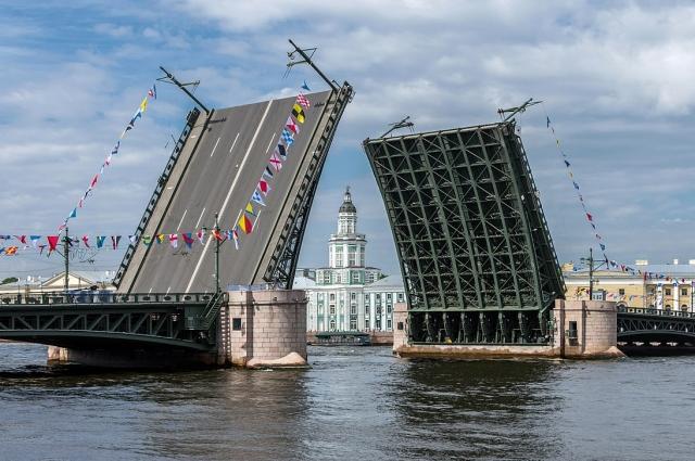 Большевики взяли Дворцовый мост для подхода к Зимнему дворцу со стороны Невы.