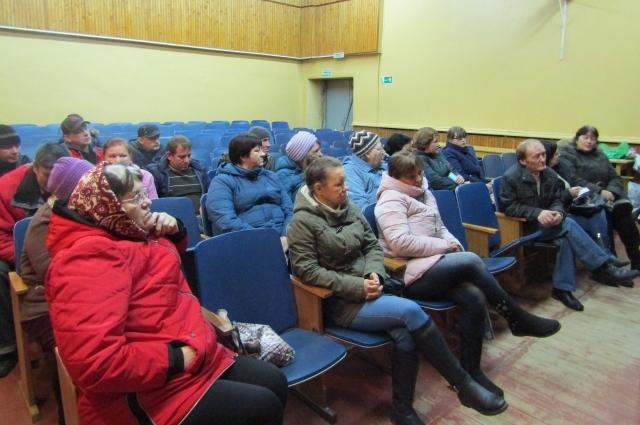 Жители деревни собрались, чтобы обсудить дальнейшие свои действия.