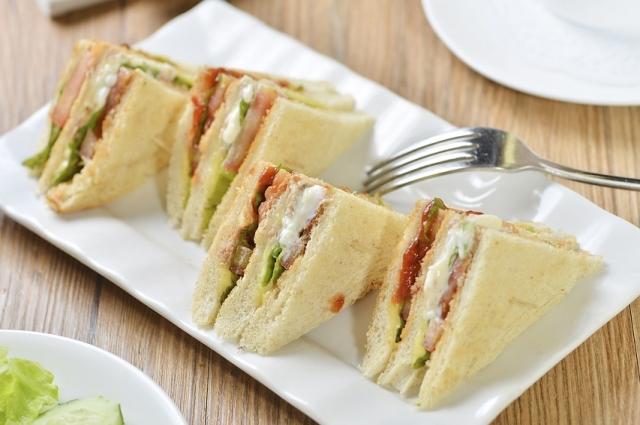 Сэндвич с куриной грудкой и творогом даст заряд витаминов на целый день.