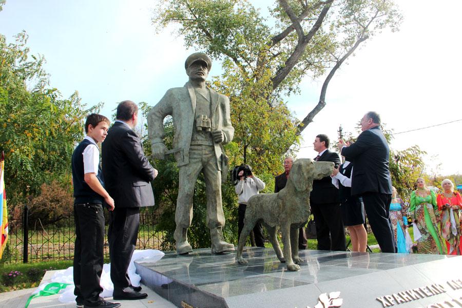 В 2012 году в посёлке Маклок появилась ещё одна достопримечательность - памятник леснику с собакой.