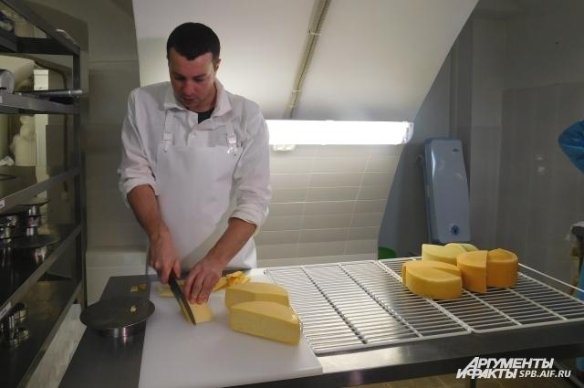 Изготовление сыра - трудоемкий процесс.