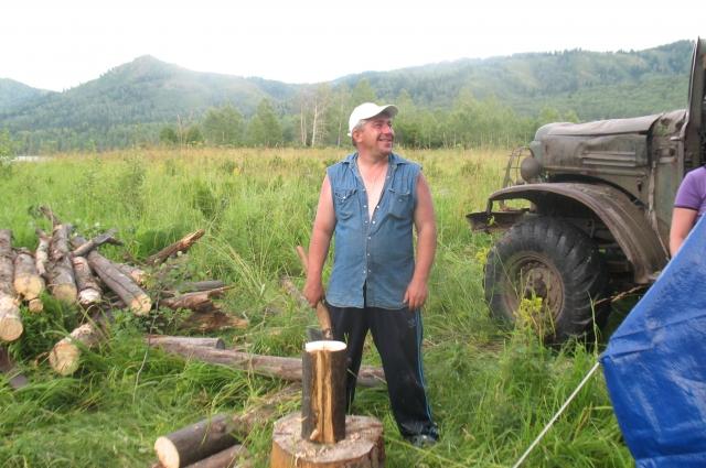 Мужчины не только дрова заготовили, но и смогли справиться со стихией.