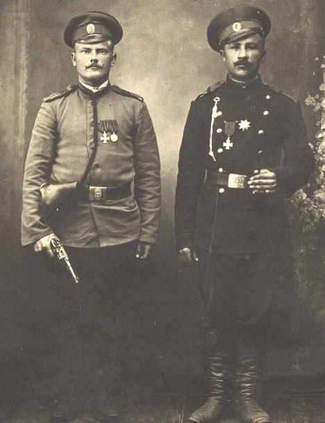 Георгиевские кавалеры с наганом, 1915 г.