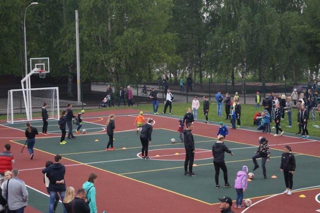 Помимо трибун для болельщиков в ижевской фан-зоне оборудовали спортивное поле.
