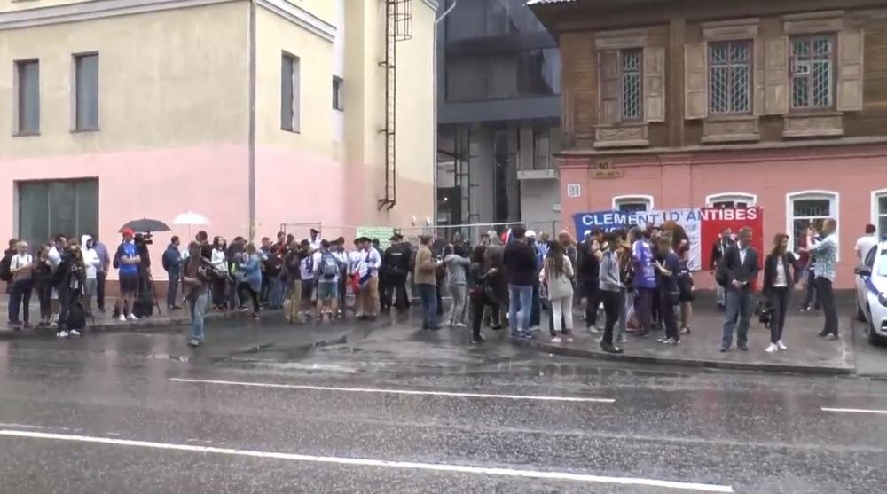 В центре Екатеринбурга французов встречала армия фанатов
