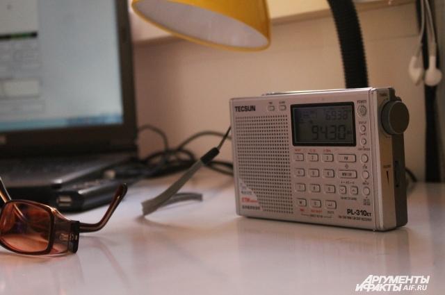 Внебольшой комнатке расположена аппаратура для записи звука, ведения эфира, атакже папки сбухгалтерскими документами.