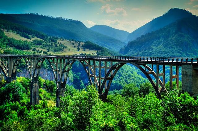 Мост Джурджевича через реку Тара в северной части Черногории.