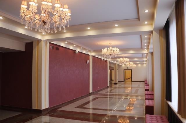 Фойе первого этажа театра.