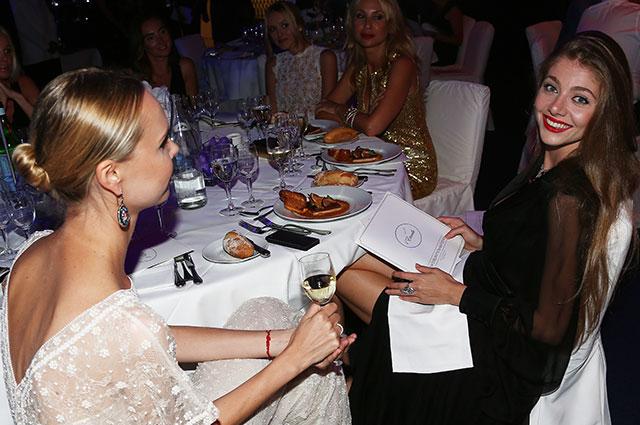 Актриса, фотограф Илона Столье (слева) ичлен совета директоров АГ«Станица» Карина Марченко наIIЕжегодном благотворительном вечере L'Etincelle вМонако.