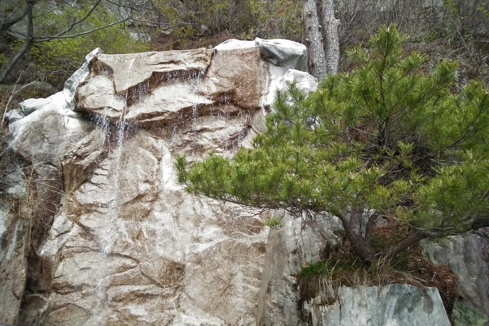 Водопад на вершине горы.