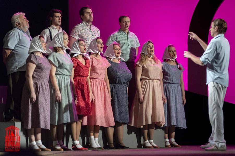 Старые известные песни в хоровом исполнении актёров зазвучали по-новому.