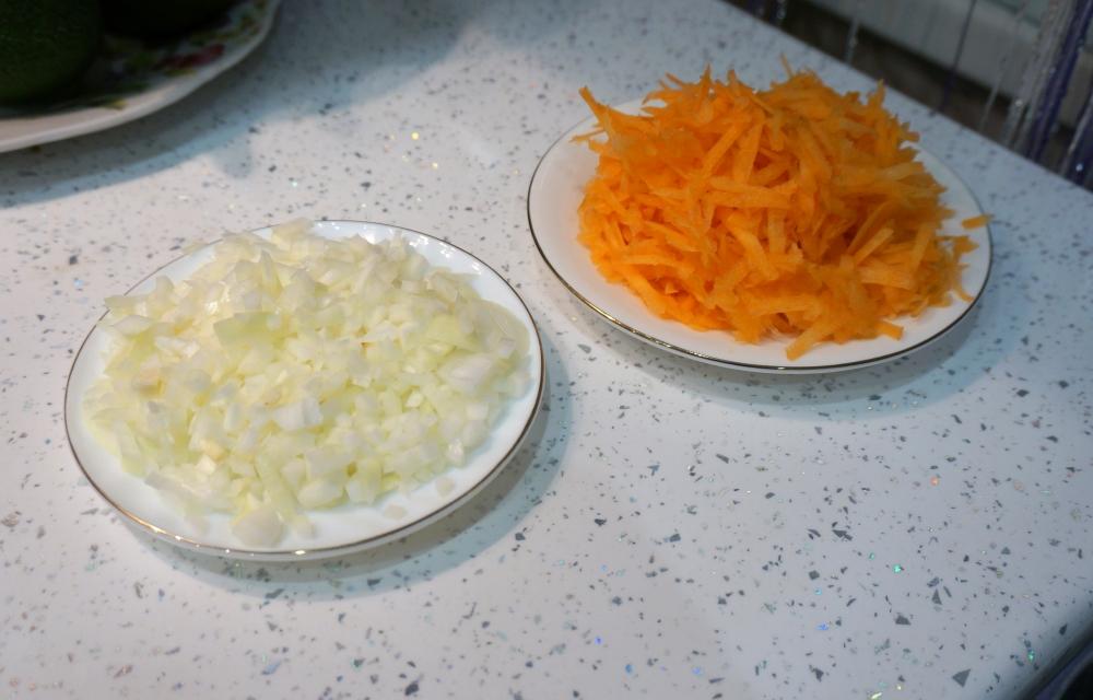 Лук и морковь надо приготовить для жарки.