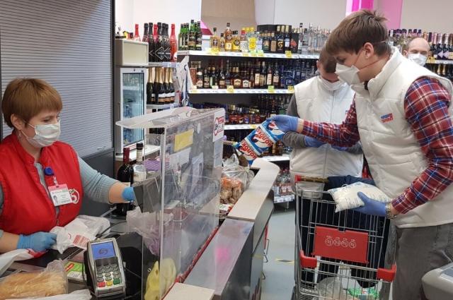 Волонтёры закупают продукты для жителей, обратившихся за помощью.