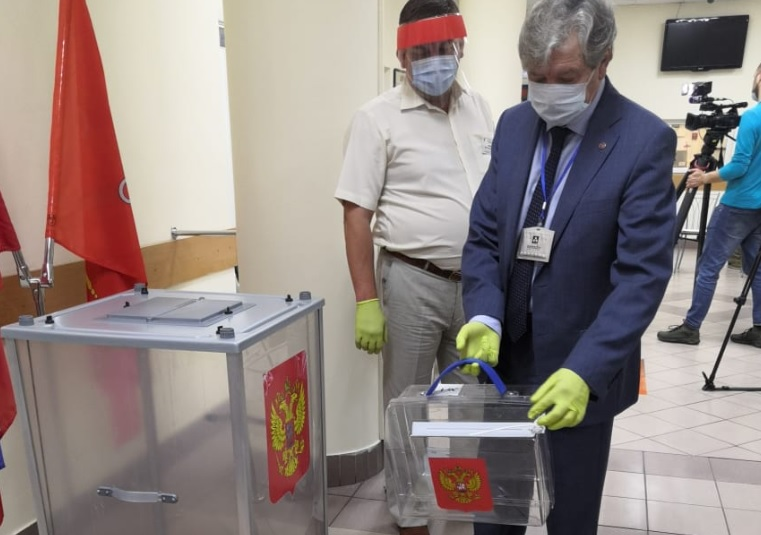 Переносной контейнер предназначен для голосования на дому.