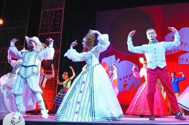 В спектакле много яркой хореографии.