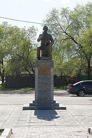 Памятник Леониду Гайдаю в городе Свободном