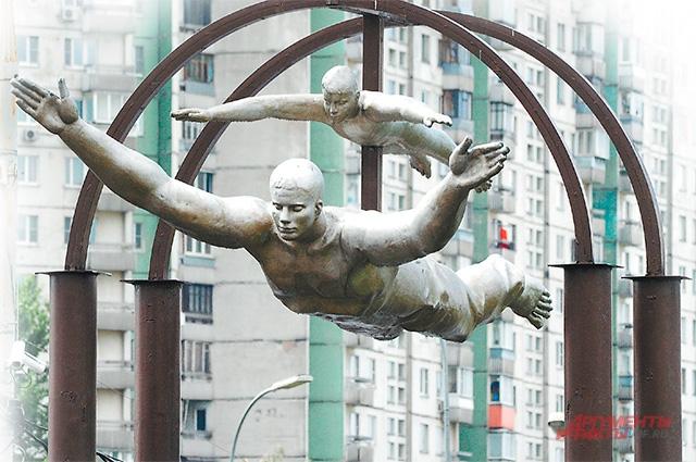 Жители района Ясенево дали этой композиции у одноимённой станции метро прозвище «Шампур».