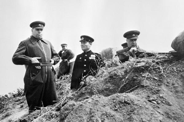 Маршалы Александр Василевский и Федор Толбухин наблюдают за полем боя на подступах к Севастополю, 1944 г.