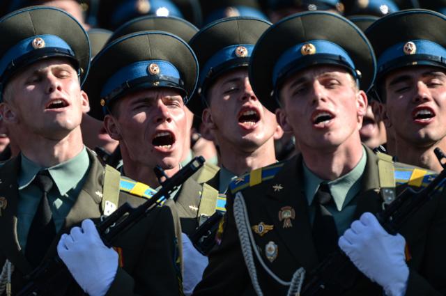 Военнослужащие войск воздушно-космической обороны приветствуют министра обороны РФ Сергея Шойгу во время парада, посвященного 68-й годовщине Победы в Великой Отечественной войне, на Красной площади.