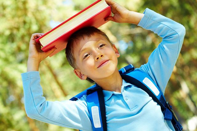 Мальчик с книгой на голове