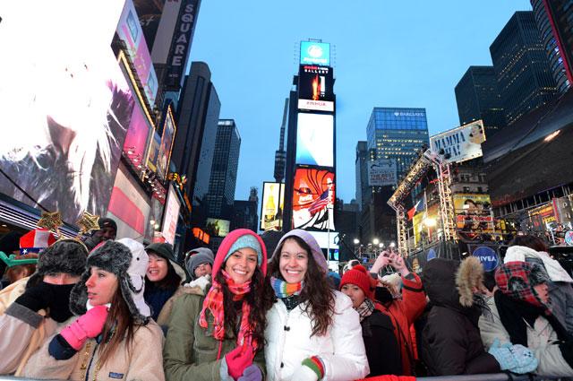 Традиционно тысячи людей встречают Новый год на Times Square в Нью-Йорке