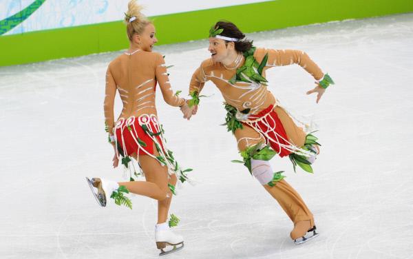 Российский дуэт Оксана Домнина и Максим Шабалин во время выступления с оригинальным танцем на соревнованиях в спортивных танцах на льду на XXI зимних Олимпийских играх.
