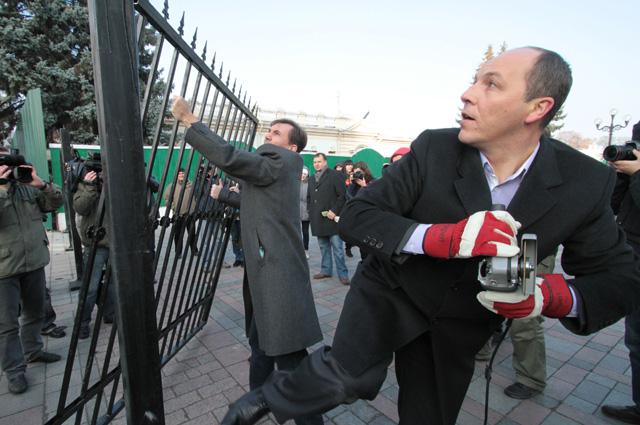 Андрей Парубий пилит «болгаркой» секцию забора около здания Верховной Рады Украины. 2011 год