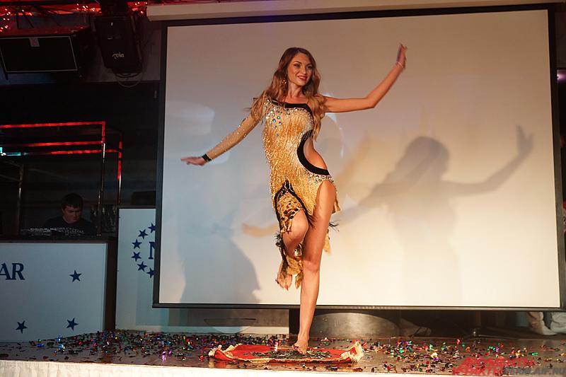 Обладательница титула «Миссис Пермь» Наталья Ежова удивила жюри, пройдясь по стеклу.