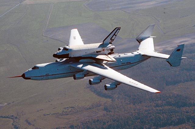 Грузовой самолет АН 225 «Мрия» с многоразовым космическим кораблем «Буран».