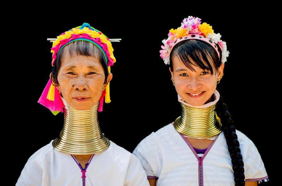 4-5 кг весят кольца на шее женщины-жирафа.
