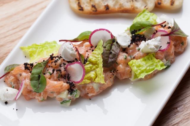 Тартар из лосося с соусом кимчи