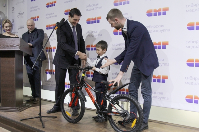 Александр Прокопьев вручает подарок Арутаю.