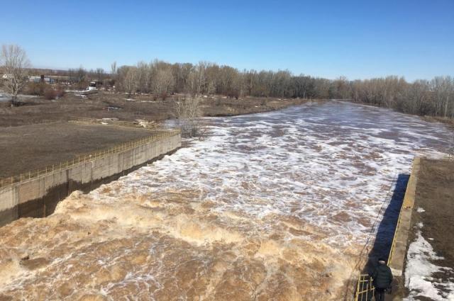 Такой поток воды чуть не снес треть поселка Краснохолм.