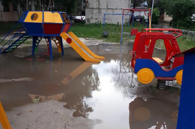 Затоплены и детские площадки.