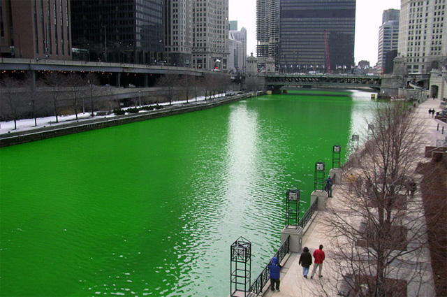 Река Чикаго в День святого Патрика окрашивается в зелёный цвет