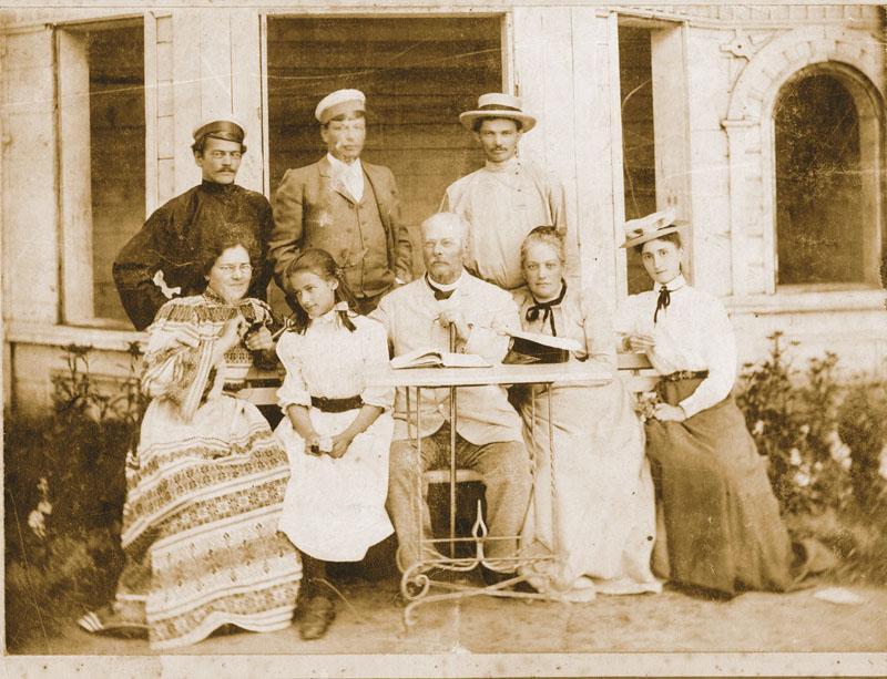 Семья Гернет (Н.Н. Гернет сидит слева крайняя в нарядном платье). Фото сделано, когда она уже располнела и носила очки.