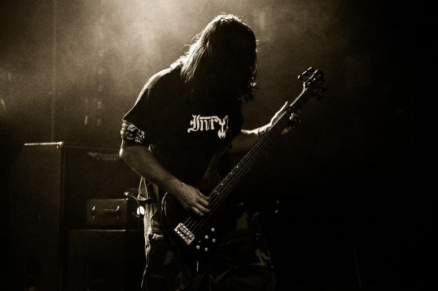 Игра на бас-гитаре.