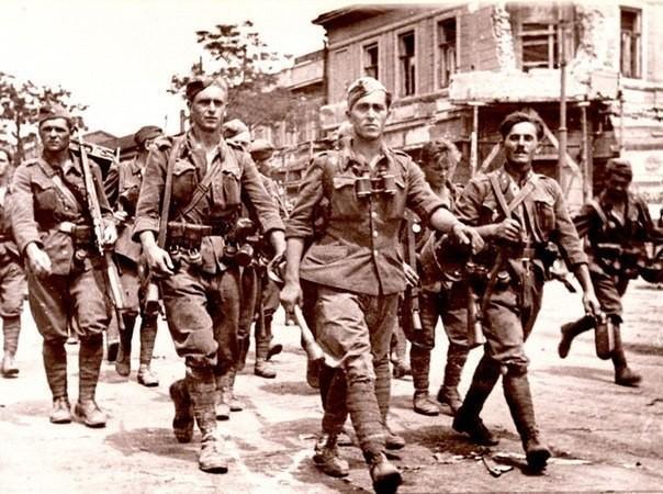 Оккупировав город, фашисты установили жестокий режим