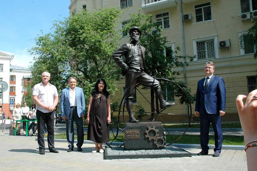 На ул. Карла Маркса, недалеко от бывшего здания завода Столля, был установлен памятник предпринимателю-новатору.