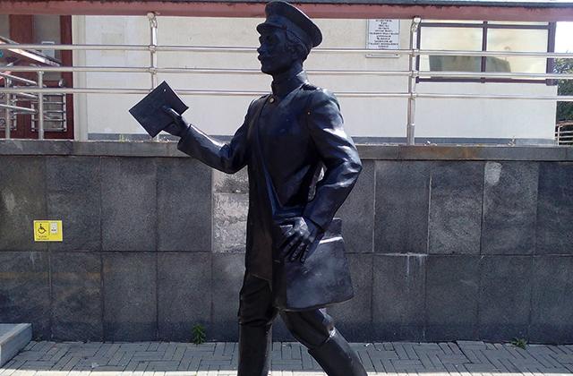 Пока скульптура Почтальона стоит на прежнем месте. Перенесут ли её вместе с переносом Почтамта?