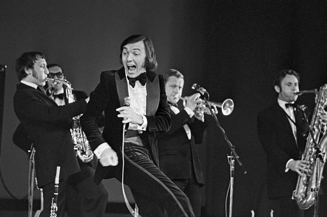 Выступление эстрадного певца Карела Готта (Чехословакия) с оркестром Ладислава Штайдла во время гастролей в СССР, начало 70-х годов.