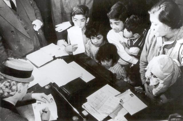 Эва Перон в своём благотворительном фонде встречается с детьми