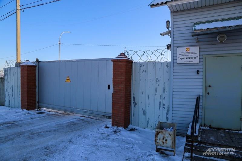 Единственный намек на радиацию в районе складов - значок на воротах