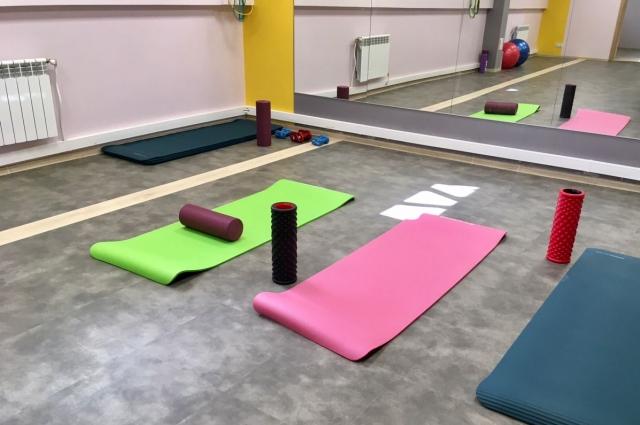 В спортзале предусмотрены как тренажёры, так и снаряды для йоги и растяжки.