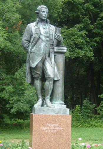 Памятник Андрею Болотову на территории дворца-музея графа Бобринского в Богородицке