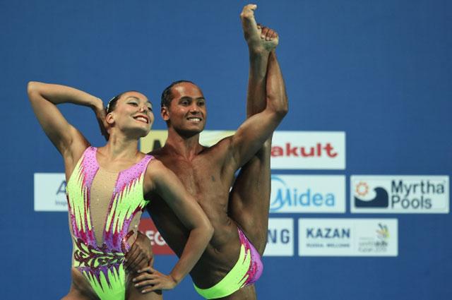 Гокче Акгюн и Ягмур Демирчан (Турция) выступают с технической программой в финальных соревнованиях по синхронному плаванию среди смешанных дуэтов на XVI Чемпионате мира по водным видам спорта в Казани