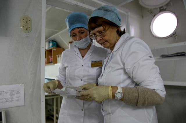 В плавучей поликлинике работали 10 врачей и 14 медсестер.