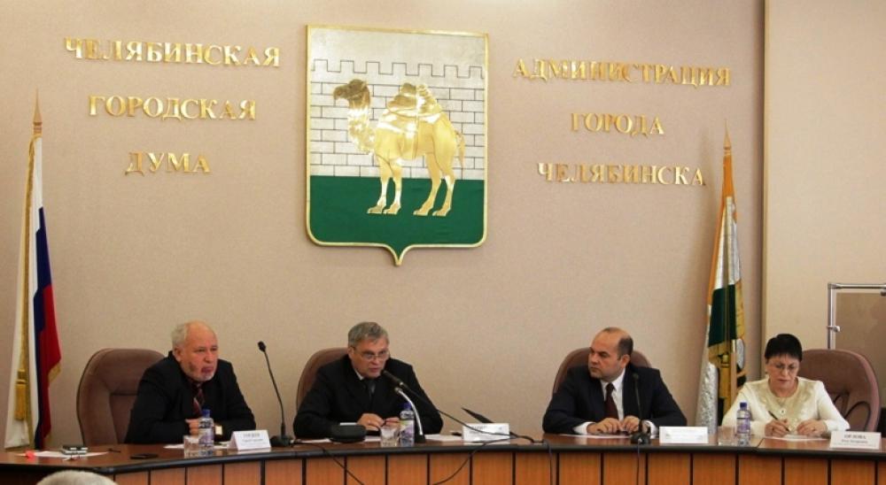 Председатель Общественной палаты Челябинска Юрий Зацепилин с самого начала задал круглому столу деловой настрой и жёсткий регламент.