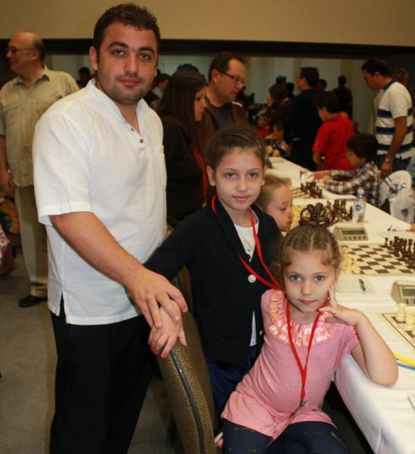 Илья Завиваев с дочками Эмилией и Эвелиной.