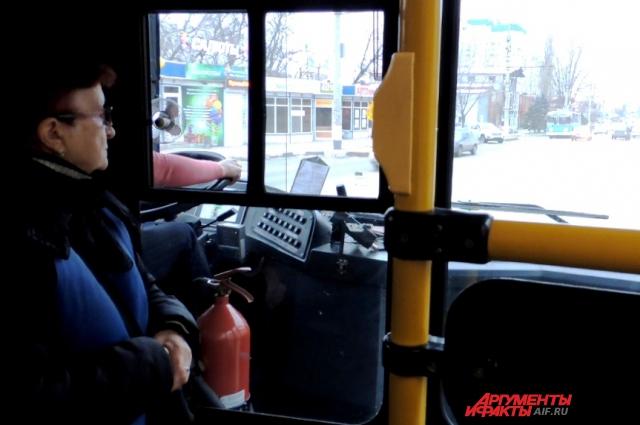 Водителя и кондуктора во время движения разделяет толстое стекло.